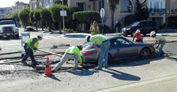 Porsche 911 enterrado en cemento fresco