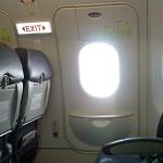 Un hombre confundió la puerta de emergencia de un avión, con la de un baño