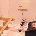 Robots voladores interpretan el tema de James Bond